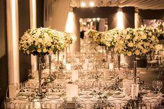 Arranjos de flores brancas foram usados para ornamentar as mesas dos convidados - Mobiliário sofisticado e detalhes de sobra nesse lounge - Decoração branca por João Callas - Foto Mansano Fotografia