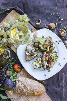 bucatar maniac: Crostini cu pui, dovlecel si nuci cu vin