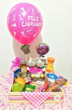 Desayunos sorpresa Cali Birthday Basket, Birthday Box, Birthday Gifts, Homemade Gifts, Diy Gifts, Exploding Gift Box, Valentine Bouquet, Food Gift Baskets, Romantic Gifts For Him
