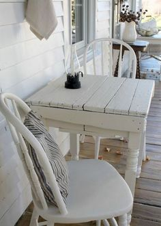 Vintage farmhouse porch ideas You are in the right place about farmhouse decor cozy Here we off Modern Farmhouse Porch, Farmhouse Front Porches, Farmhouse Landscaping, Country Farmhouse Decor, Farmhouse Design, Vintage Farmhouse Decor, Farmhouse Ideas, Vintage Decor, Farmhouse Outdoor Furniture