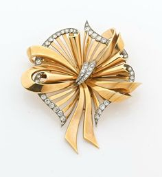 A DIAMOND, YELLOW GOLD AND PLATINUM BROOCH. CIRCA 1950