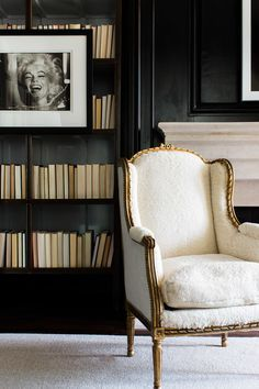 [CasaGiardino] ♛ Black walls - so good ----- For an alternative look which works well on dark bookshelves, turn the books so the pages face outwards Southern Mansions, Interior And Exterior, Interior Design, Dark Walls, Elle Decor, Traditional House, Decoration, Bookshelves, Bookshelf Styling
