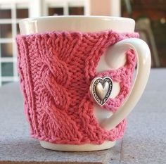 Hey, who says your coffee cup can't look as fabulous as you? Dress your mug in this cozy coffee cup sweater.