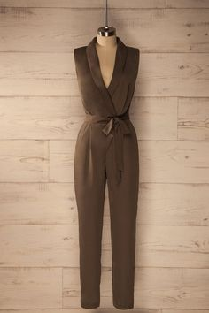 Ils virent tous que cette soirée-là, elle était d'une élégance irréprochable.  They all saw that she was impeccably elegant that evening.  Khaki plunging neckline jumpsuit https://1861.ca/collections/products/samburg-olive
