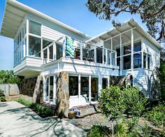 It needed TLC, but the owners of this beach cottage in Victoria saw the value of its timeless design and the breezy lifestyle it promised. Retro Beach House, Beach House Tour, Australian Homes, Australian Beach, Beach Cottages, Beach Houses, Small Cottages, Beach Cottage Style, Coastal Style