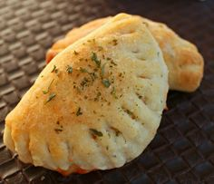 When you make this homemade pizza pocket recipe, you can easily make this large batch and divide to freeze the extra for easy meals later on. They are great after school snacks or easy lunches on busy days! Freezer Meals, Easy Meals, Microwave Meals, Freezer Recipes, Freezer Cooking, Homemade Pizza Pockets, Lunch Recipes, Cooking Recipes, Dinner Recipes