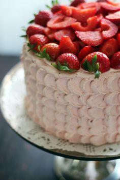 Steg-för-steg: Swiss Meringue Buttercream Swiss Meringue Buttercream, Heavenly, Strawberry, Cupcakes, Fruit, Guide, Food, Cupcake Cakes, Essen