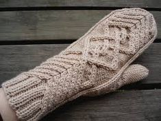 Chevalier - lapaset - In finnish and english with chart - free Knitted Mittens Pattern, Crochet Mittens, Knitted Gloves, Knit Or Crochet, Crochet Hats, Knitting Stitches, Knitting Socks, Knitting Patterns, Recycled Sweaters