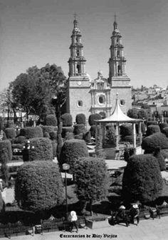 Vista de plaza y templo en Encarnacion de Diaz Jalisco Mexico