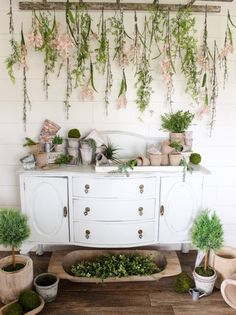 Vintage Farmhouse Decor Moss and Vine Hanging and Planter Decor - Rustic farmhouse spring decor ideas make your home look beautiful no matter the season. Find the best designs to get the most of your seasonal décor this spring. Farmhouse Wall Decor, Rustic Farmhouse, Farmhouse Style, Arrangement Floral Rose, Victorian Bathroom Accessories, Arrangements D'hortensia, Vintage Ladder, Vintage Decor, Wall Decor Design