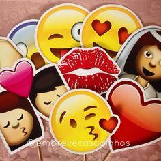 """Os emoticons mais animados saíram do whatsapp direto para sua festa! <br> <br>Que tal animar sua festa com as placas emojis super famosas nas redes sociais? <br> <br>>> O kit é composto por 10 unidades à sua escolha. << <br> <br>- Medidas aproximadas: 20x20 e 18,5x18,5 (depende do modelo) <br>- Produzidas em papel couché 300g com palitinho de madeira para segurar <br>- Prazo de produção: 10 dias ÚTEIS <br> <br>Obs.: Temos 30 modelos diferentes de """"emojis"""" disponíveis. Veja na terceira…"""