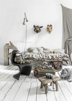 Make a Safari theme to your Kid room by natural colours with Wild and Soft animal heads and industrial pieces. And I mean Photo Safari.
