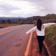 Tirar uma foto com braços abertos no meio de uma rodovia? Claro, porque não? Carpe diem! #carpediem #folk #garota #tumblr #rodovia #menina #insta #instagram #LA