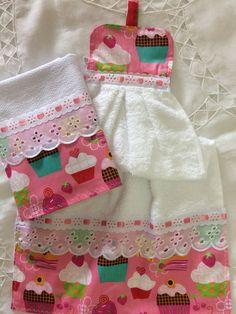 Compre Kit bate mão e pano de prato no Elo7 por R$ 25,00 | Encontre mais produtos de Bate Mão e Casa parcelando em até 12 vezes | Kit bate mão e pano de prato. Bate mão atoalhado e pano sacaria pé de galinha med: 41x66, B5B8F8 Dish Towels, Hand Towels, Craft Patterns, Sewing Patterns, Sewing Hacks, Sewing Projects, Hanging Towels, Sewing Aprons, Couture Sewing