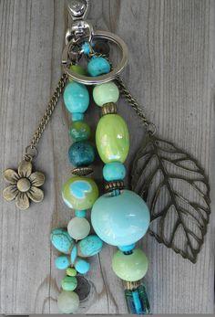 Porte- clés( ou bijou de sac) fantaisie vert bleu turquoise, papillon, feuille et fleur : Porte clés par de-perle-en-perles