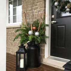 Introduction – 10 ideas for the decoration of the new year - Christmas Deco Christmas Planters, Christmas Porch, Rustic Christmas, Christmas Wreaths, Christmas Crafts, Christmas Lights, Outside Decorations, Outdoor Christmas Decorations, Holiday Decor