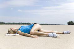 Ugnij jedno kolano. Nogę zgiętą przełóż nad drugą, wyprostowaną nogą. Kieruj kolano w stronę podłogi, możesz sobie pomóc ręką. Druga ręka i głowa skierowane do boku. Uwaga: Nie odrywaj pleców od ziemi. Kolano nie musi dotknąć podłoża.