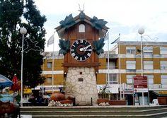 Reloj Cu-Cú: Principal icono de la ciudad de Villa Carlos Paz, instalado en el Centro Viejo en 1958 y famoso por ser el reloj de estas características más grande en todo el mundo. Fue creado artesanalmente por ingenieros alemanes y tiene unos 7 metros de alto. El pájaro de madera sale de su refugio para anunciar que el paso de cada media hora. El reloj se encuentra en sobre la Av. Uruguay, tras el puente sobre el Río San Antonio.
