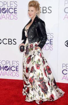 Jodie Sweetin carries Annie Handbags Apple minaudière to the People's Choice Awards.