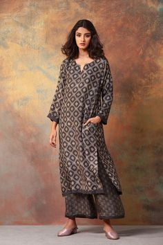 Young Women S Dresses Australia Info: 7945475981 Punjabi Dress, Pakistani Dresses, Indian Dresses, Indian Outfits, Kurta Designs Women, Blouse Designs, Silk Kurti Designs, Indian Attire, Indian Wear