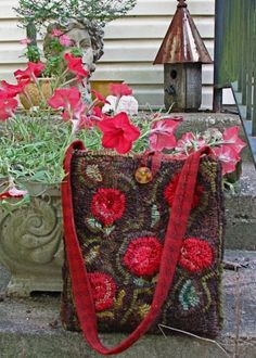 An interactive rug-hooking community. Rug Hooking Designs, Locker Hooking, Rug Inspiration, Hand Hooked Rugs, Carpet Bag, Penny Rugs, Wool Applique, Traditional Rugs, Punch Needle