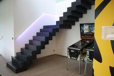 Stalen bloktrap: trap uit staal met gesloten treden. Wit gelakte handgreep met led-verlichting.
