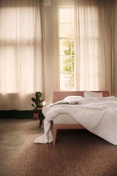 Onze Essential is het eerste volledig recyclebare bed ter wereld. Maar dat is niet het enige rustgevende aan dit bed. Door de verfijnde en minimalistische vormen past dit bed namelijk subtiel in elke kamer. Het moderne Scandinavische design is overal doorgevoerd. Tot in de taps toelopende poten. Eigenlijk rust je al uit als je ernaar kijkt. Perfectly Imperfect, Elegant, Most Beautiful Pictures, Im Not Perfect, New Homes, Rest, Curtains, Bedroom, Furniture