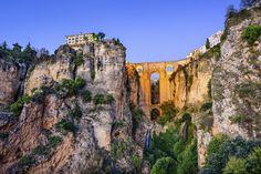 Junto a la Plaza de Toros, el Puente Nuevo es un símbolo de Ronda. Salva un abismo de 100 m sobre el río Guadalevín y une la ciudad (barrio antiguo) con el Mercadillo (barrio nuevo), las dos zonas históricas...
