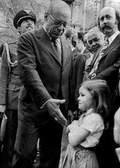 Em setembro de 1979, no Palácio da Liberdade, sede do governo mineiro, a garota Rachel Clemens Coelho (5) se recusou a cumprimentar o então presidente João Baptista Figueiredo (1979-1985), que visitava a capital mineira para lançamento do carro a álcool. Virou símbolo da luta contra a ditadura militar (1964-1985)