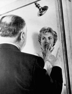 """Alfred Hitchcock y Jamet Leigh en el rodaje de """"Psicosis"""" (Psycho), 1960"""