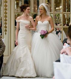 Anne Hathaway and Kate Hudson in Vera Wang nel film Bride Wars