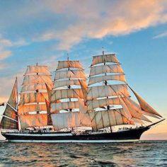 """Das russische Segelschiff """"Sedov"""" in voller Pracht. Es befindet sich derzeit auf Weltreise und legt heute in Walvis Bay an; morgen..."""