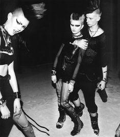 """A partir do fim da década de 1970, o conceito de """"cultura punk"""" adquiriu novo sentido com a expressão movimento punk, que passou a ser usada para definir sua transformação em tribo urbana, substituindo uma concepção abrangente e pouco definida da atitude individual e fundamentalmente cultural pelo conceito de movimento social propriamente dito."""