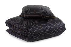 Combineer goud met subtiele prints in je moderne of klassieke slaapkamer. Het Mae Engelgeer-dekbedovertrek Capsul Black is gemaakt van 100% heerlijke zacht en soepel katoensatijn. De subtiele print is opgebouwd uit dunne roze en gouden lijnen op een zwarte ondergrond. Past op elk bed of matras. Bij Sleeplife® begeleiden we je stap voor stap naar de best passende boxspring, matras of hoofdkussen.