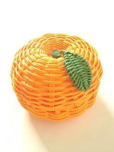 みかんモチーフの小物入れ。キャンディーBOXとして使用するのにお勧めな掌サイズです。サイズ約縦5.5cm 横7.5cm 奥7.5cm素材はクラフトバンドを使用しております。 ニスを塗布しておりますが、性質上水に濡らさないようお気を付け下さい。 濡らしてし... Weaving Art, Loom Weaving, Hand Weaving, Wicker Baskets, Woven Baskets, Pinterest Crafts, Weaving Designs, Craft Bags, Orange Crush