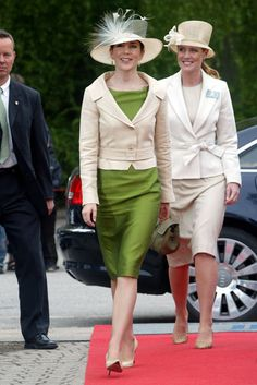 Mary and her lady in waiting - same style | Billedbladet