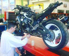 «Les motos de la Team Plus Race dans l'atelier Moto du GARAC #TeamPlusRace @PlusRace #GARAC #Moto»