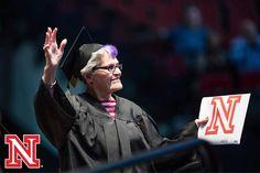 Ela guardou por exatos 70 anos o sonho de graduar-se na Universidade de Nebrasca-Lincoln, nos EUA, para viver outro, o de se casar. Mas, no último dia 15, aos 87 anos, Jean Kops vestiu beca e capelo para finalmente receber seu diploma de bacharel em artes.