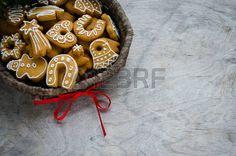 39105827-karácsonyi-süti-egy-fonott-kosárban-fenyő-fa-ága-a-régi-rusztikus-asztal.jpg (450×298)