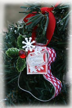 Fun for the tree or to tie on a gift :) Approx 2.1/2 x 2 1/2 inches small but super cute! The foil stamp that says Christmas Cheer is vintage.