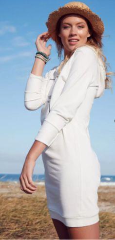 Sweat-Kleider stellen die perfekte Kombi aus boyischen Sweatshirts und femininen Kleidern dar. JETZT die neueste Ausgabe der JOY bei Readly lesen und noch heute kostenlosen Probemonat beginnen.