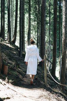 Bewusst eintauchen in die Vielfalt des Waldes. Kleinen Spazierwegen folgen und dabei Grüntöne zählen und plötzlich merken, wie gut die Waldluft tut. Beim waldSPÜREN sind wir der wohltuenden Energie des Waldes auf der Spur und entspannen bei leichten Dehnübungen Körper und Geist. Spur, Walking Paths, Concept, Unique, Woodland Forest