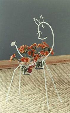 de hecho a mano ¡Clica para saber más! Garden Crafts, Garden Projects, Garden Art, House Plants Decor, Plant Decor, Wire Crafts, Metal Crafts, Metal Plant Hangers, Wrought Iron Decor