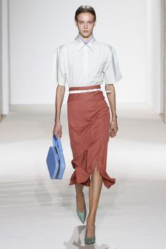 Victoria Beckham Spring 2018 Ready-to-Wear Fashion Show Collection: See the complete Victoria Beckham Spring 2018 Ready-to-Wear collection. Look 2 Fashion Week 2018, New York Fashion, Daily Fashion, Runway Fashion, Style Victoria Beckham, New Yorker Mode, Fashion Show Collection, Spring Summer 2018, Ready To Wear