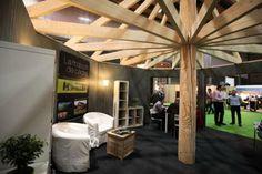 Intérieur du stand de démonstration de La maison de cèdre au salon construire naturel de Lille