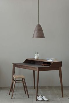 russell pinch | yves writing desk (photo by james merrell) From all desks I found so far - this is the best!