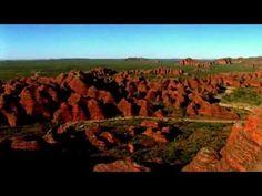 ¡Hoy viajamos a Kimberley, al noroeste de Australia! Los paisajes de Kimberley National son unos de los últimos lugares salvajes y vírgenes en el mundo.  Es un tierra extensa, salvaje y antigua de acantilados rojos, impresionante gargantas, playas sin fin, lagos y ríos donde se esconden 40.000 años de historia aborigen.  Con una población de solo 35.000 habitantes, es uno de los lugares con menor densidad de población en todo el planeta. www.holaaustralia.com Vineyard, Australia, World, Videos, Outdoor, North West, Savages, Beaches, Awesome