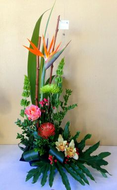Arrangement exotique en hauteur coloré Tropical Flower Arrangements, Church Flower Arrangements, Altar Flowers, Ikebana Arrangements, Tall Flowers, Beautiful Flower Arrangements, Church Flowers, Funeral Flowers, Exotic Flowers