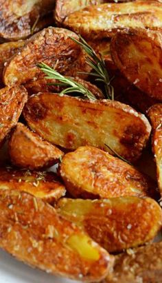 Crispy Sea Salt and Vinegar Roasted Potatoes. These are so crisp and flavorful, you'll want to eat them as a side dish for every meal! ❊ try this w sweet potatoes instead. Side Dish Recipes, Vegetable Recipes, Vegetarian Recipes, Cooking Recipes, Lasagna Recipes, Cooking Fish, Veggie Food, Potato Dishes, Vegetable Dishes