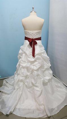 Dit is de mooie vetersluiting achterkant van de #trouwjurk die we voor onze #bruid Laura hebben gemaakt #weirdcloset